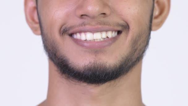 Boldog szakállas indiai fiatalember mosoly