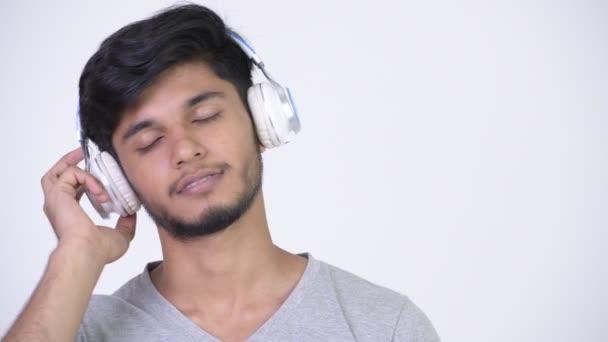 Studio záběr hezký vousatý indického mladíka proti chroma klíč s bílým pozadím