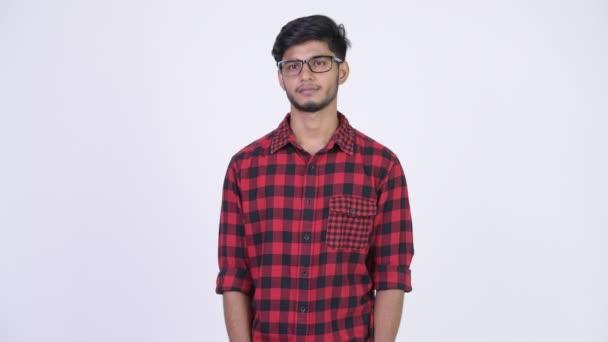 Mladý pohledný vousatý indické bokovky muž myšlení