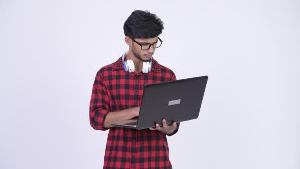 Muž mladý šťastný vousatý indické bokovky pomocí přenosného počítače