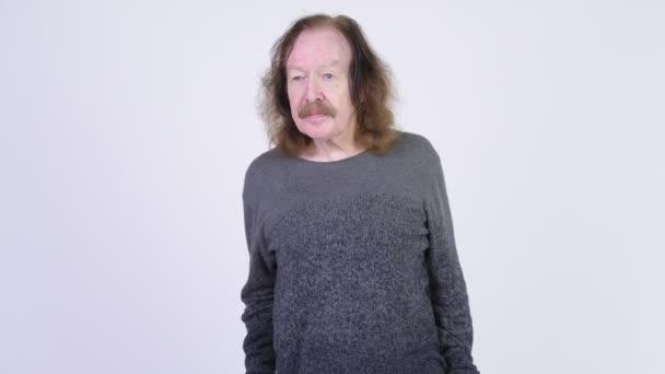 Glücklicher Senior mit Schnurrbart klatscht in die Hände