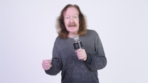 starší muž zpívat s mikrofonem