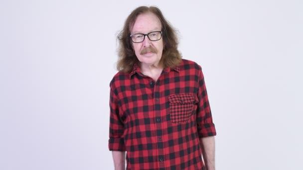 Uomo felice senior hipster occhiali da portare con le braccia attraversate