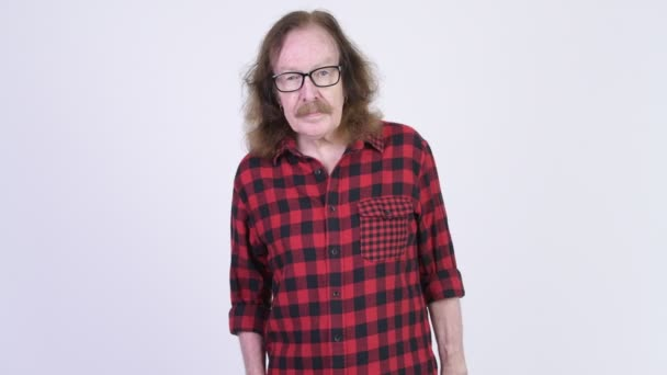 Happy senior hipster man with eyeglasses snapping fingers and showing something