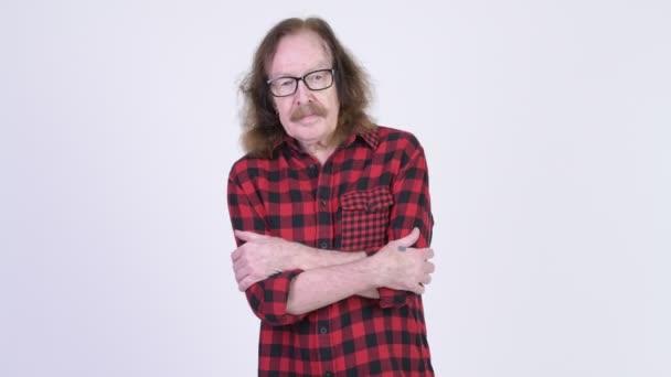 Lo studio ha sparato delluomo senior hipster con i baffi contro chiave di crominanza con sfondo bianco