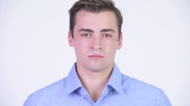 Head shot mladý pohledný podnikatel proti bílým pozadím