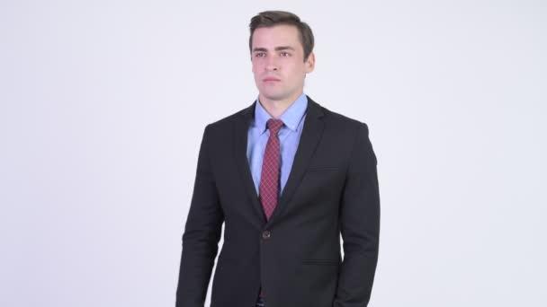Mladý šťastný pohledný podnikatel ukazováčkem