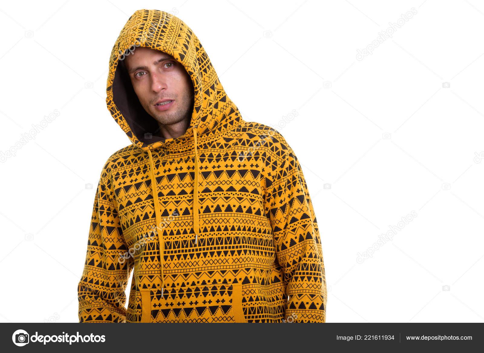 9ae85ce3e9ba Prise de vue Studio du jeune homme beau porter le chandail à capuchon et  posant isolé sur fond blanc — Image de amazingmikael