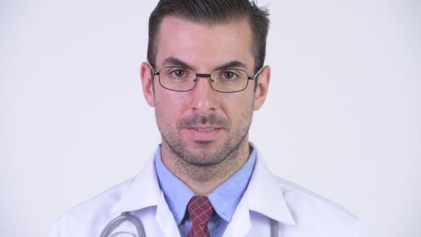 Hlavou střílel mladých šťastný hispánské člověčí doktor