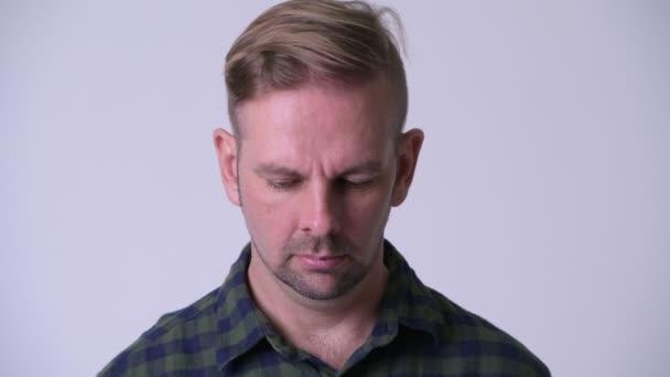 Hlavou střílel Plačící muž smutný blondýna bokovky