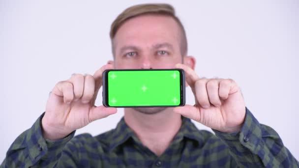 Podobizna muže šťastné blond bokovky ukazující telefon