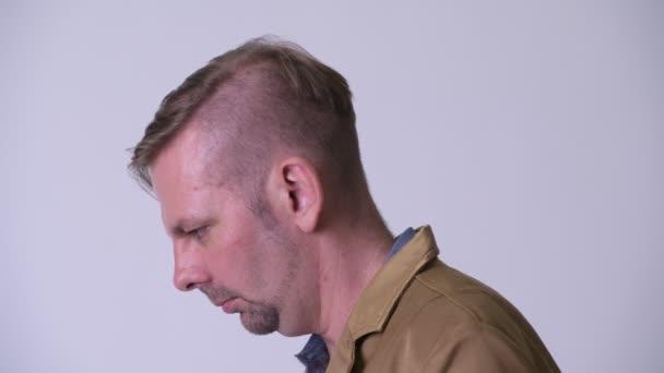 Profilbild des blonden Gelegenheitsunternehmers, der nach oben schaut