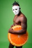 Fotografie Schönen jungen afrikanischen Mann aus Kenia nacktem Oberkörper gegen grüne ba