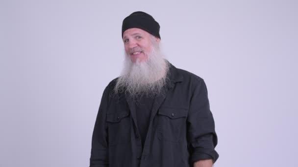 Boldog, érett, szakállas csípő ember hívj gesztus