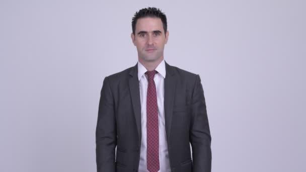 Studio záběr pohledný podnikatel oblek proti bílým pozadím
