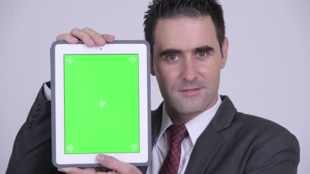Tvář šťastný pohledný podnikatel zobrazeno digitální tabletu