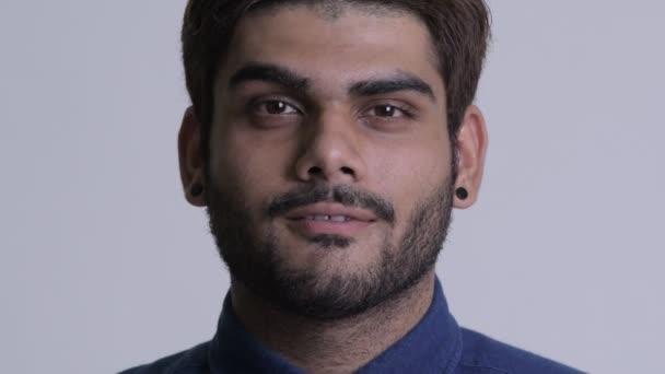Tvář šťastný mladý vousatý indický podnikatel usmívá a směje se