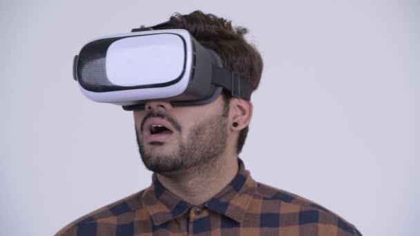 junger bärtiger indischer Hipster mit Virtual-Reality-Headset