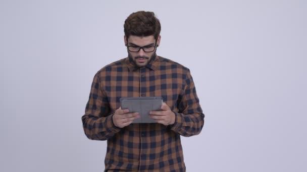 Mladý vousatý indické bokovky člověka pomocí digitálních tabletu