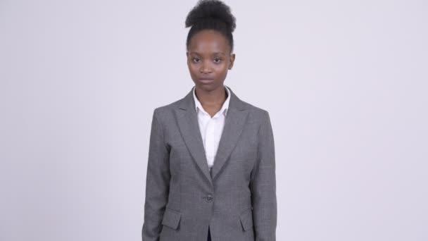Mladé krásné africké podnikatelka ukazující na fotoaparát