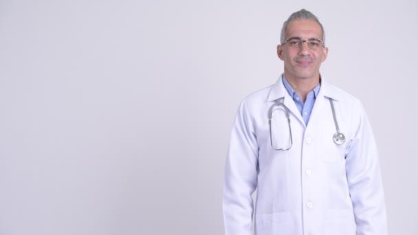 Studio záběr perský krasavec lékaře proti bílým pozadím