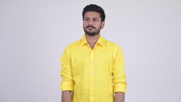 Boldog fiatal szakállas indiai üzletember integetett kézzel