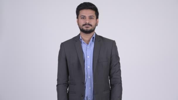 Portré, fiatal, boldog indiai üzletember mosolygó szakállas