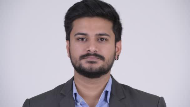 Mladý pohledný vousatých indický podnikatel pokrývající uši jako tři moudré opice koncept