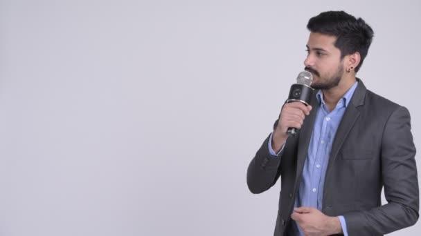 Mladý indický podnikatel jako moderátor představí něco