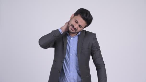 Fiatal hangsúlyozta, szakállas indiai üzletember, miután a nyaki fájdalom
