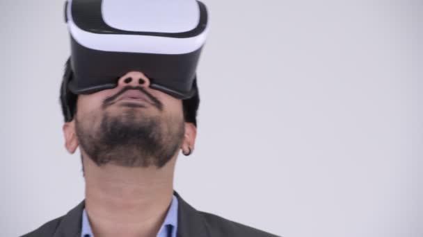 Fiatal szakállas indiai üzletember segítségével virtuális-valóság sisak