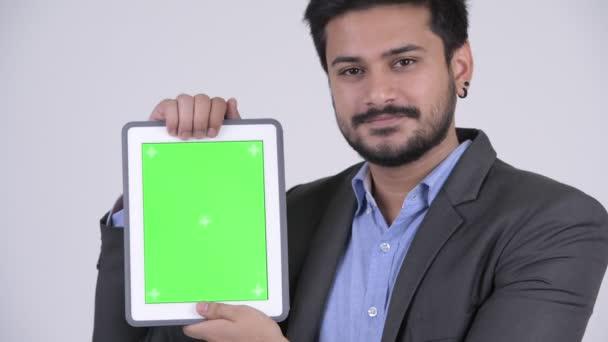 Boldog fiatal szakállas indiai üzletember találat digitális tabletta