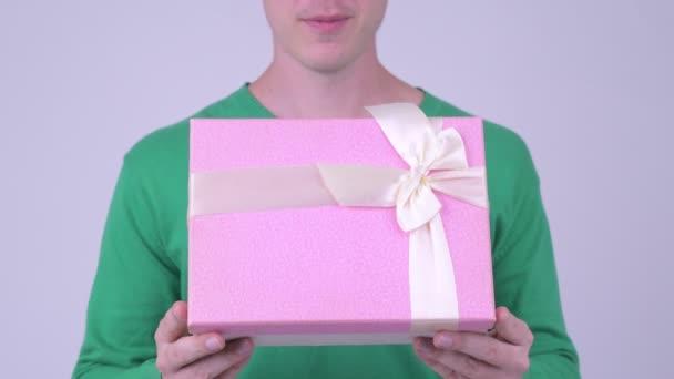 Šťastný mladý pohledný muž s krabičky připraven na Valentýna