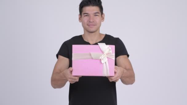 Mladý šťastný multietnické muž dávat krabičky