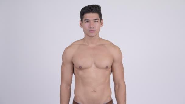 Fiatal jóképű izmos félmeztelen férfi keresztbe