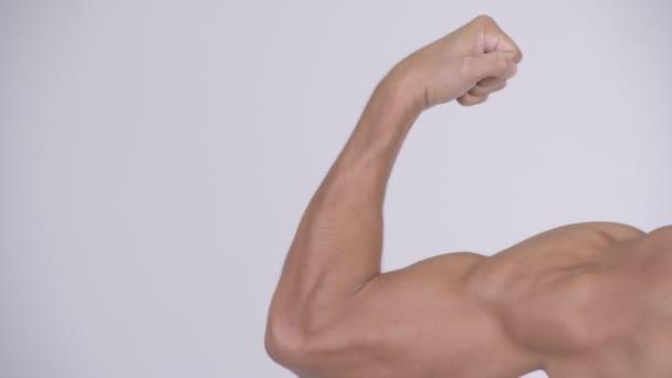 Vedoucí svalnatý shirtless mladíka protahuje svaly