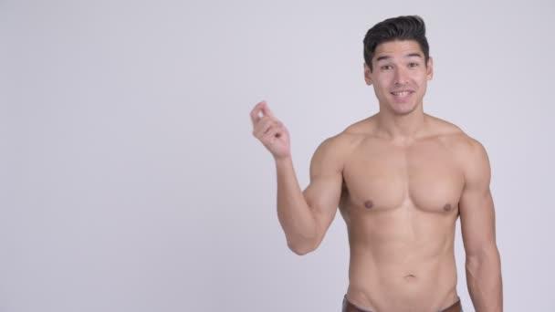 Stúdió lövés szép izmos többnemzetiségű fiatalember félmeztelen ellen fehér háttér