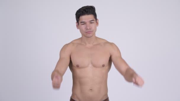 Mladý pohledný svalnatý shirtless muž rozhodování