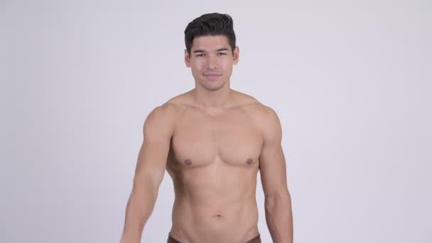 Boldog szép izmos félmeztelen fiatalember a camrea mutatóeszköz