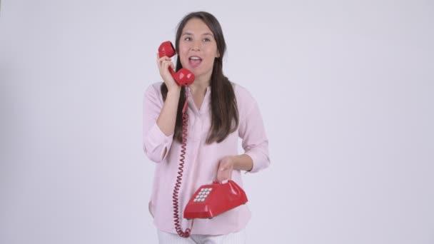 Fiatal boldog többnemzetiségű üzletasszony, beszélünk a telefon