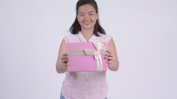 Fiatal boldog ázsiai üzletasszony ad díszdobozban