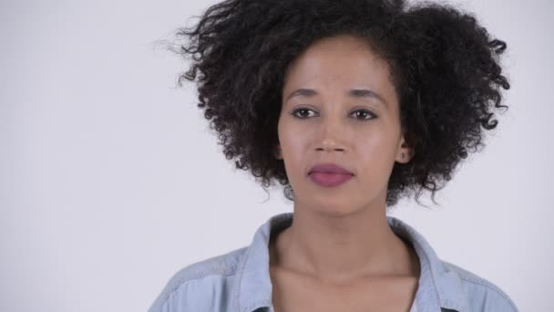 Studio záběr Mladá krásná Afričanka s Afro vlasy proti bílým pozadím