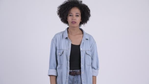 Mladá smutný Africká žena dává palec dolů