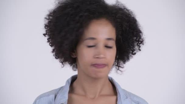 Tvář mladého vážné Afričanka, pokyvující hlavu ne