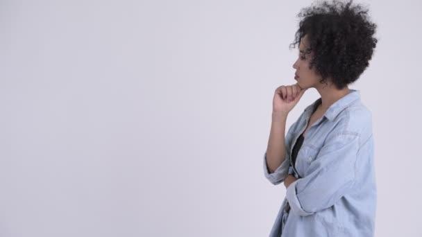 Hossz-szelvény nézet boldog fiatal gyönyörű afrikai nő gondolkodás