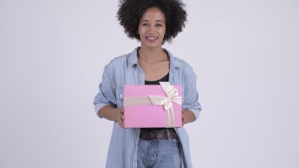 Mladá šťastná Afričanka dávat krabičky