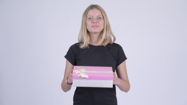 Mladá šťastné blond žena dává krabičky