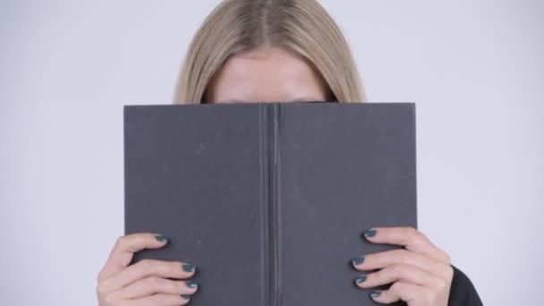 Arc arc könyv, amely fiatal félénk szőke nerd nő