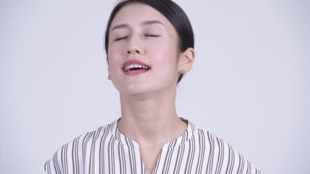 Gesicht der glücklichen schönen asiatischen Geschäftsfrau entspannt sich mit geschlossenen Augen