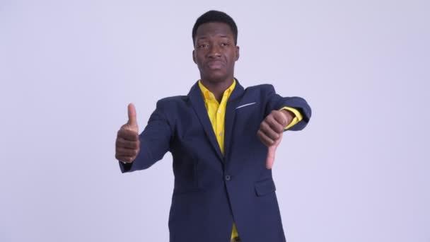 Mladý popletený africký obchodník vybíráte mezi palcem nahoru a palec